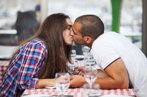 Shutterstock_327128204 kissing