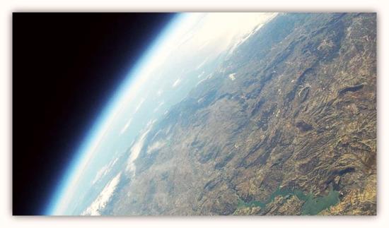 Imagen de Andalucía obtenida con la sonda Limasat II. Curvatura terrestre, Sierra Nevada y Pantano de Iznájar (Foto facilitada por José María Muñoz Vidal)