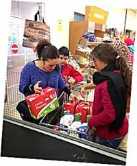 Las familias del AMPA del instituto adquieren alimentos que serán donados a la Cruz Roja