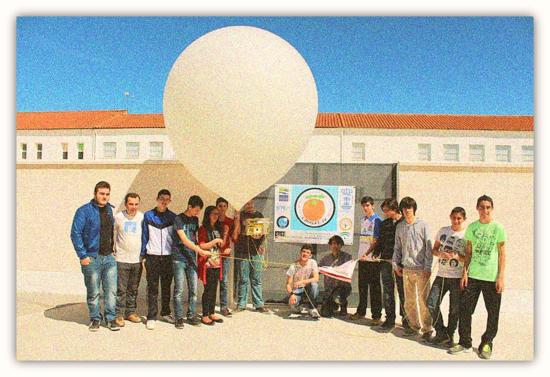 """Estudiantes del IES Antonio Gala antes del lanzamiento de la Misión: Limasat IV PALMA DEL RÍO: """"la naranja estratosférica""""."""