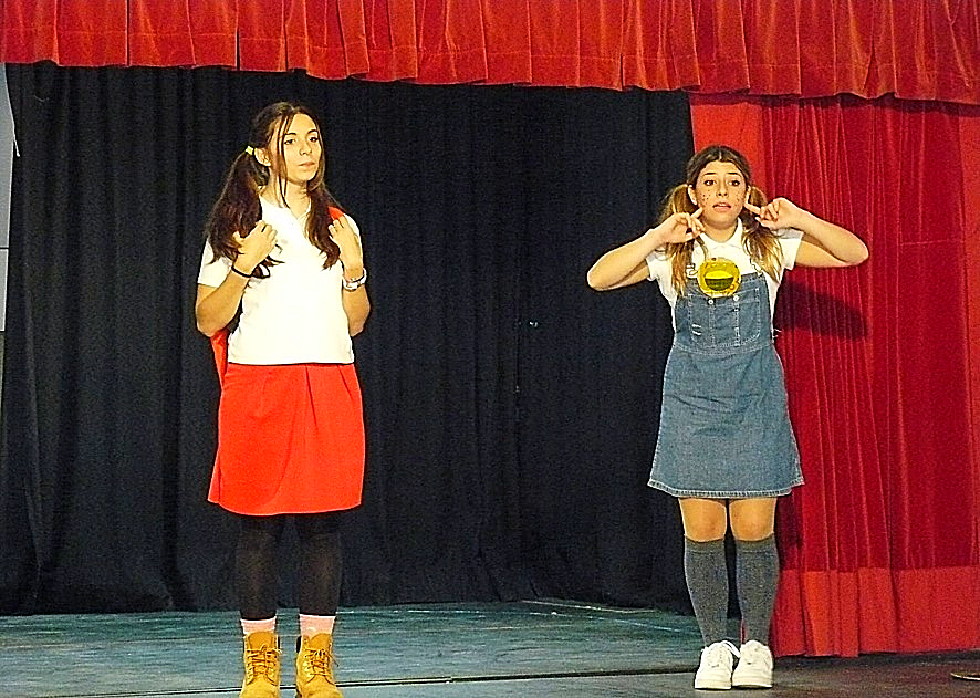 Estudiantes del IES Barrio de Bilbao con el personaje de 'Pepita Coletas' visitan el CEIP 'La Rioja' | Actividades en la Rioja