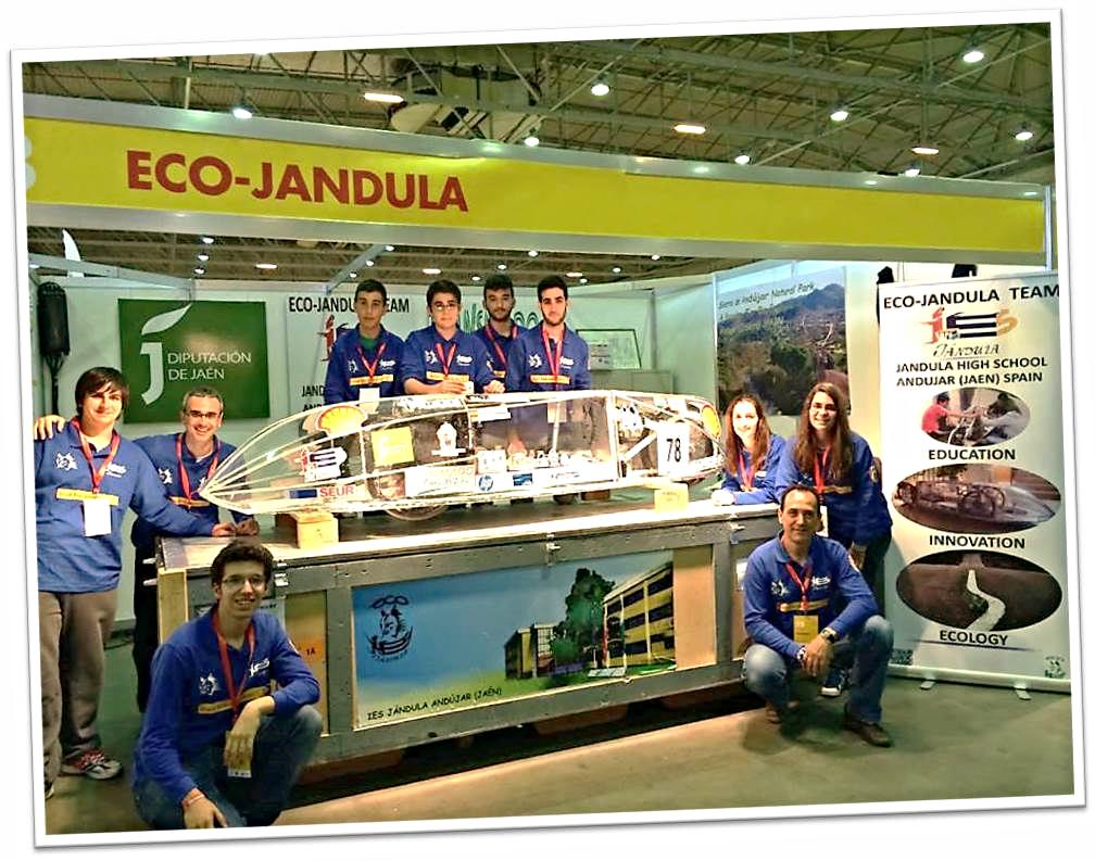 El equipo del IES Jándula posando junto al Lince 2.2 en su box de Rotterdam