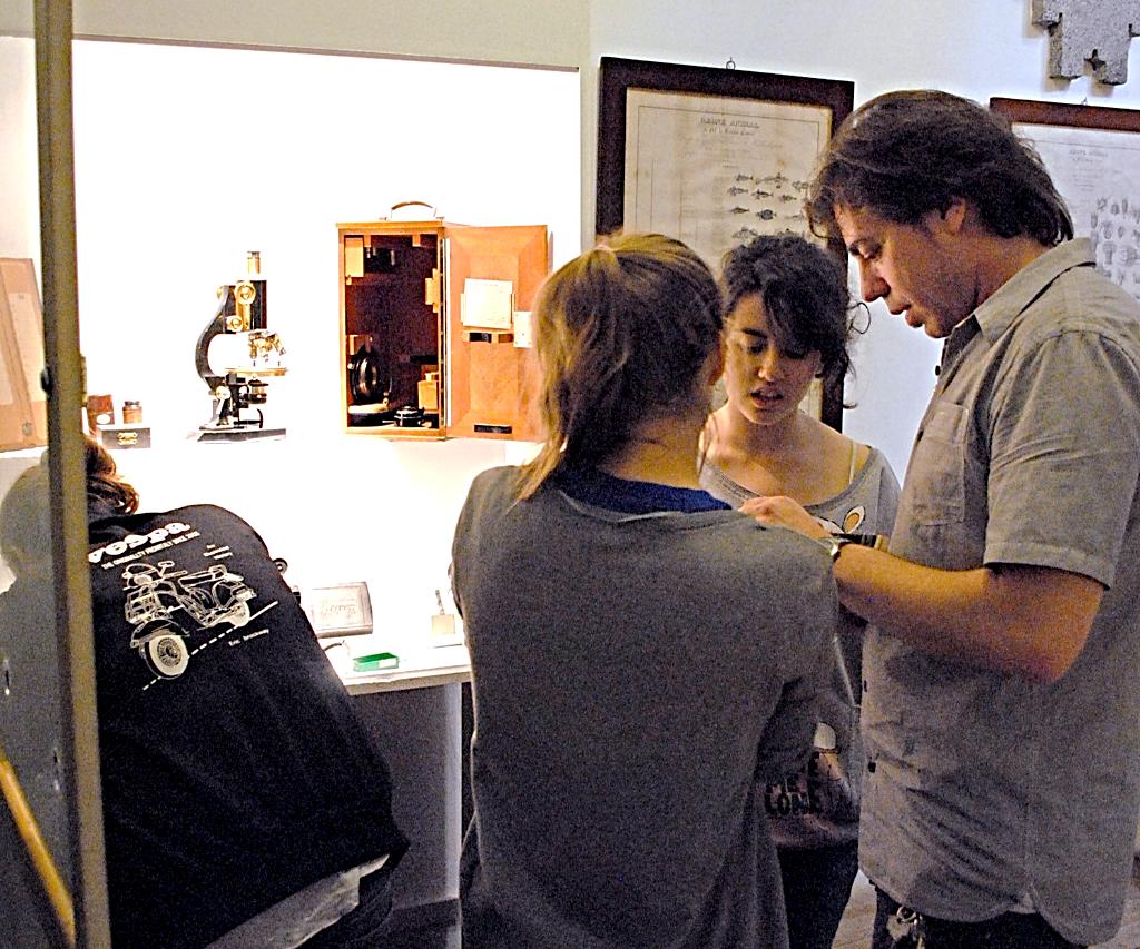 El profesor Rafael Martin Villa con estudiantes del IES 'San Isidro' montando las vitrinas para el material óptico | Rafael Martín Villa