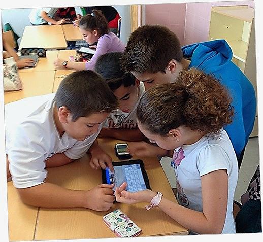 La mayoría de disponen de una Tablet, que utilizan con habilidad para su aprendizaje y se valen de los teléfonos móviles con pericia