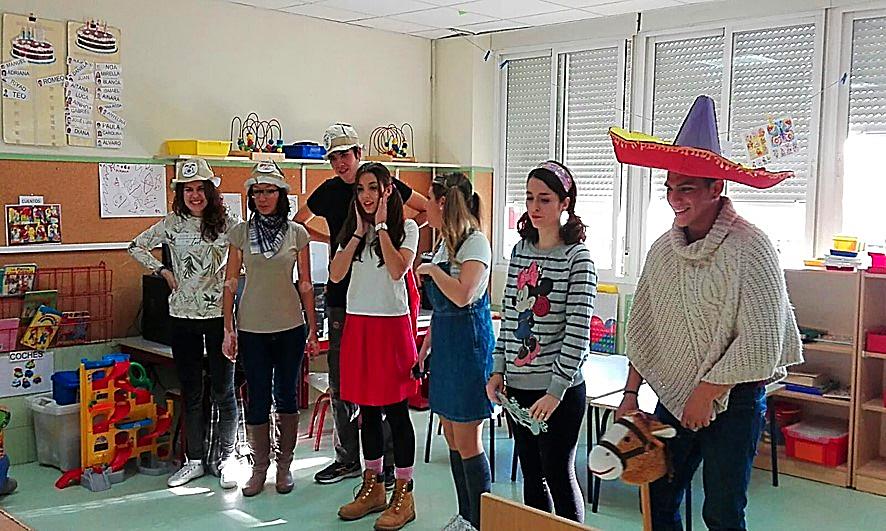 Estudiantes del IES Barrio de Bilbao van extrayendo del arcón objetos para el desarrollo del proyecto Aprendizaje basado en la Justicia Social | CEIP 'La Rioja