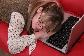 Estudiante durmiendo sobre el ordenador