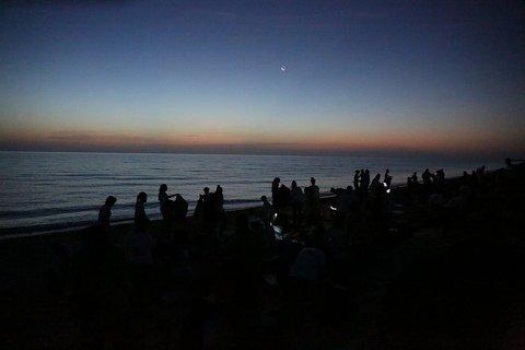 Los ruteros, en la playa durante el amanecer.